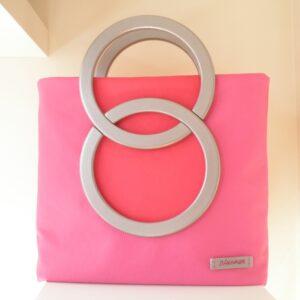 Bolso de aros rosa.