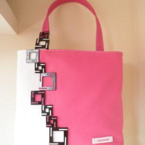 Bolso rosa con cuadros en negro