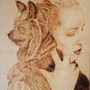 Chica con Yorkshire Terrier pirograbado
