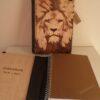 Funda para libreta pirograbada con la imagen de un león