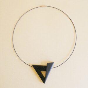 Gargantilla triangular.