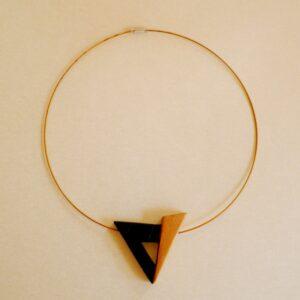 Gargantilla con forma de triángulo.
