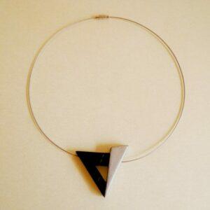 Gargantilla con forma triangular.