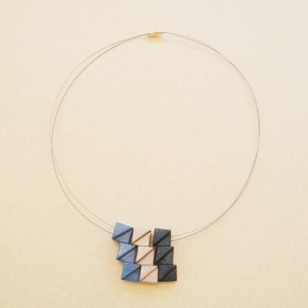 Gargantilla en colores azules y platas.