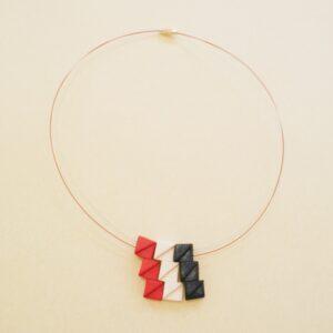 Gargantilla en tres colores, rojo, blanco y azul.