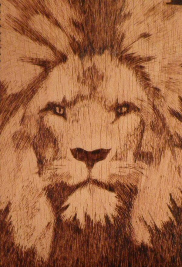 León pirograbado