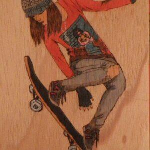 Funda para libretas pirograbada con la imagen de un salto de skate.