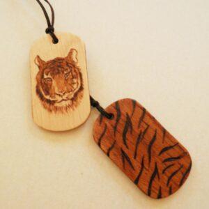 Chapas con motivo de tigre pirograbado
