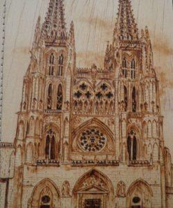 Funda para libretas pirograbada con la imagen de la fachada principal de la Catedral de Burgos.